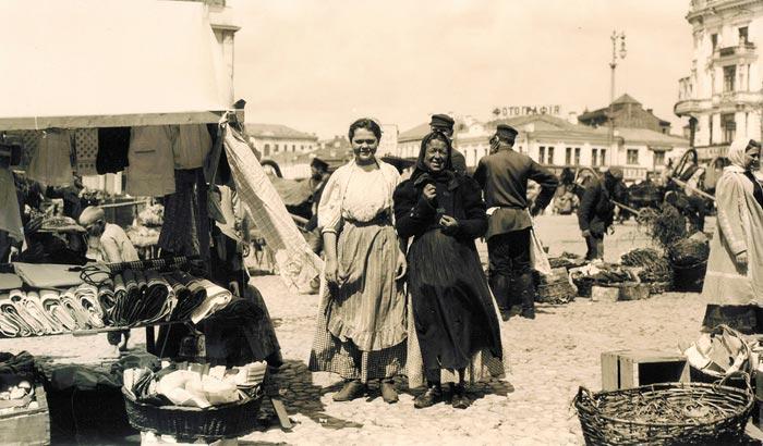 Murray Howe, Russian Peasants at Market, 1909, Sepia-toned Gelatin Silver Print.